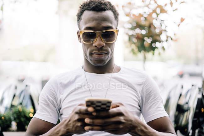 Mann benutzte Handy — Stockfoto