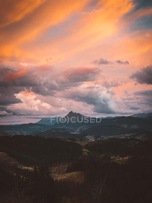 Céu colorido acima do vale da montanha — Fotografia de Stock