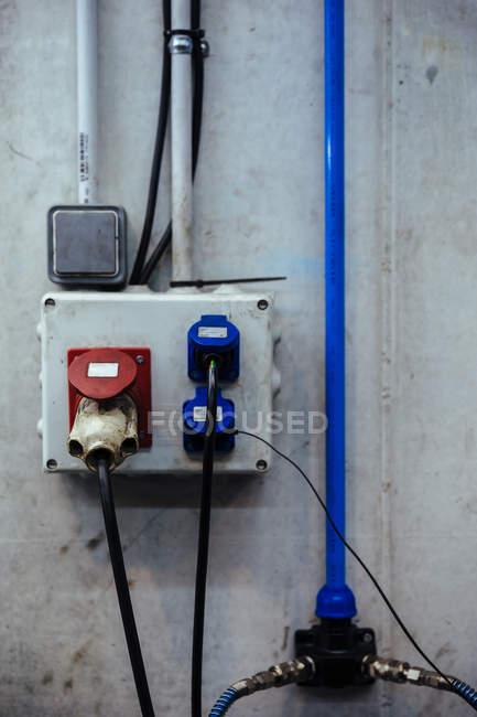 Bouchons électriques dans garage mécanique — Photo de stock