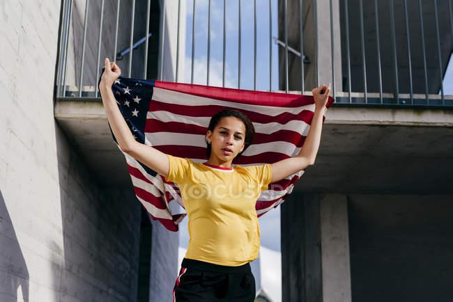Donna in piedi con bandiera USA — Foto stock