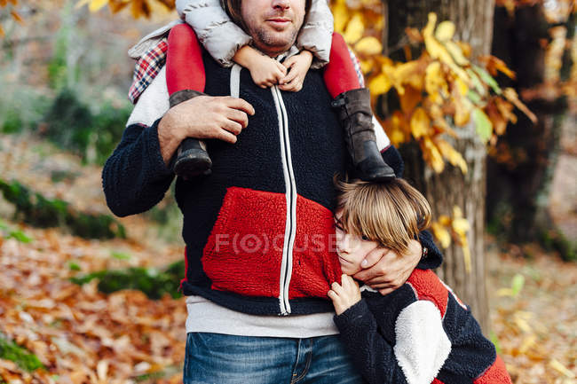 Sweet daddy with her kids in the middle of the forest in the countryside — Stock Photo