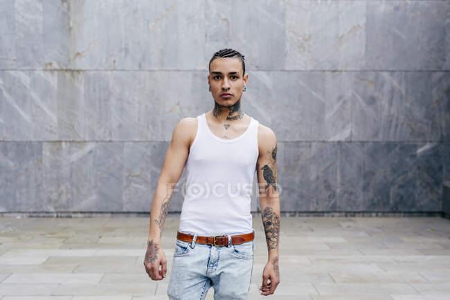 Hombre tatuado con piercing - foto de stock