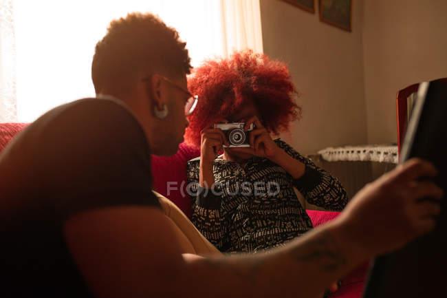 Жінка фотографують хлопцем — стокове фото