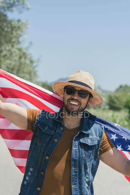 Mann mit Hut und amerikanischer Flagge — Stockfoto