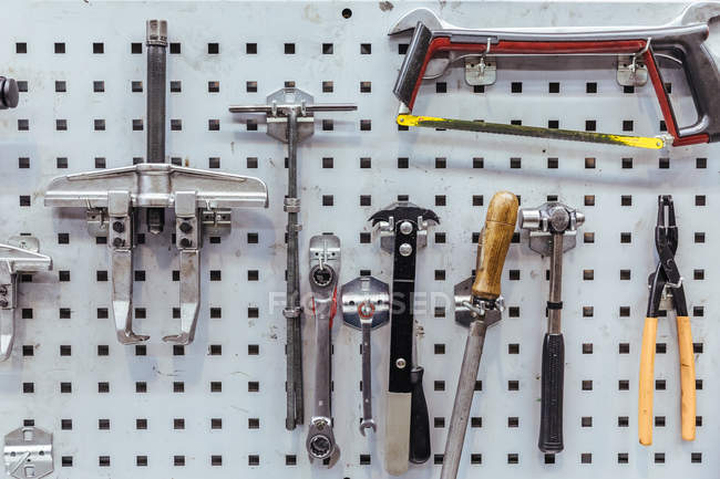 Herramientas en pared en taller mecánico - foto de stock