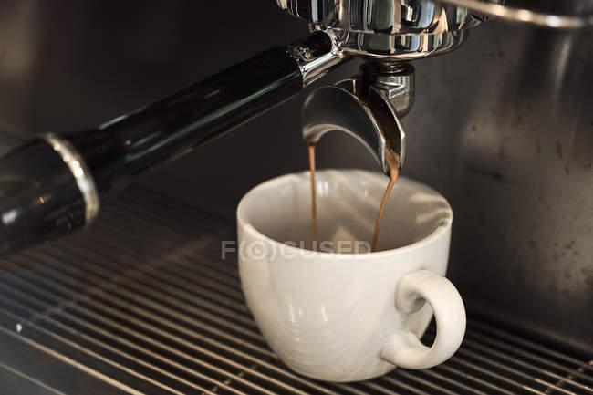 Розливу в чашку кави — стокове фото