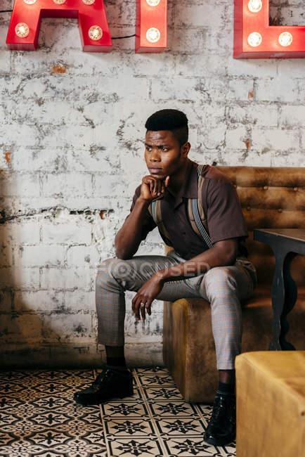 Preto homem sentado no café — Fotografia de Stock