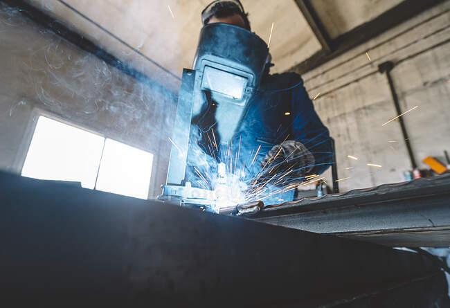 Homem fazendo uma solda em metal. — Fotografia de Stock