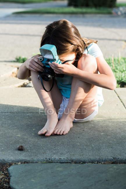 Mädchen schießt Schnecke — Stockfoto