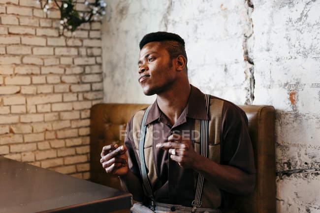 Mann in klassischer Kleidung sitzen im café — Stockfoto
