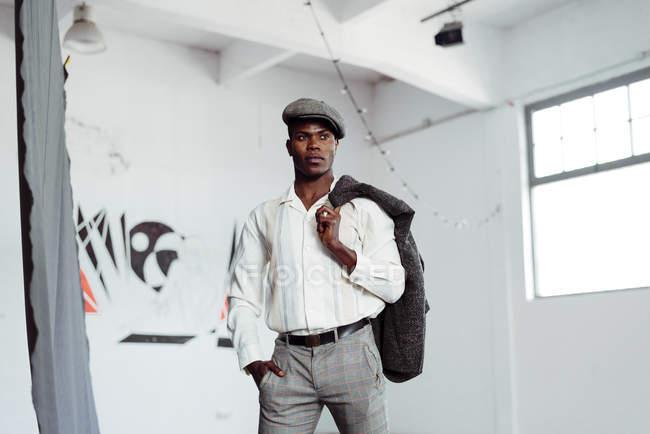 Uomo nero in posa in studio — Foto stock