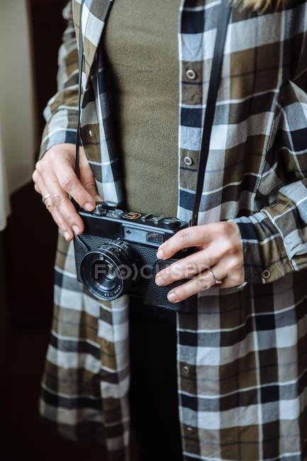 Женщина с винтажной фотокамерой — стоковое фото