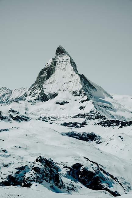 Hoher Gipfel mit Schnee bedeckt — Stockfoto
