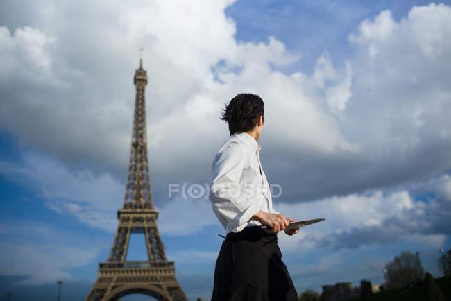 Chef japonés con pie de cuchillos en frente de la Torre Eiffel en París - foto de stock