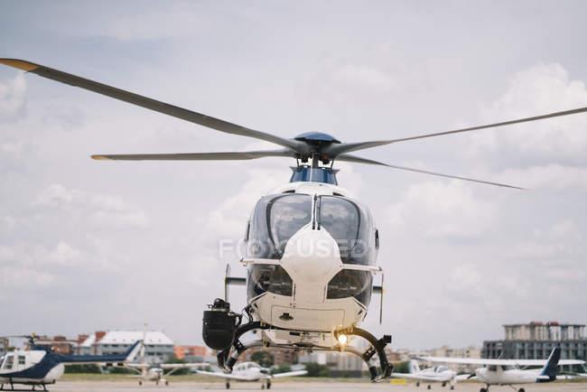 Вертоліт пролітає вгору від землі бази в місті — стокове фото