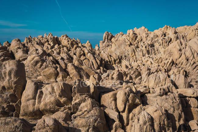 Грубе рок і Синє небо хмарно — стокове фото