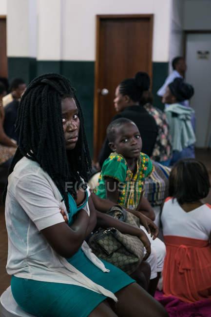 Ангола - Африка - 5 квітня 2018 - африканським дітям, сидячи на лавці і, дивлячись на камеру — стокове фото
