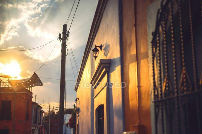 Sol de noite iluminação sobre a rua com construção tradicional, Oaxaca, México — Fotografia de Stock