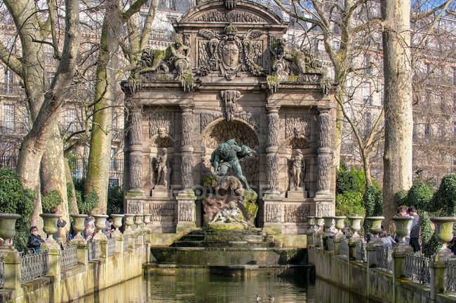 PARIS, FRANCE - MARCH 13, 2108: Garden in Paris, France — Stock Photo