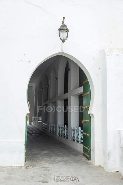Типовий арабський відкриті двері з арки, Марокко — стокове фото