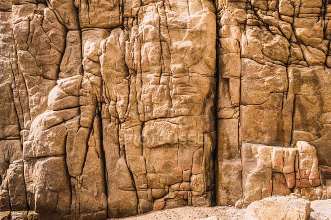 Penhasco rochoso áspero natural na luz solar — Fotografia de Stock