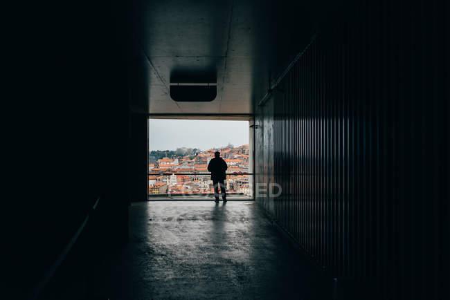 Salle sombre et homme debout au belvédère de la vieille ville aux toits orange, Porto, Portugal — Photo de stock