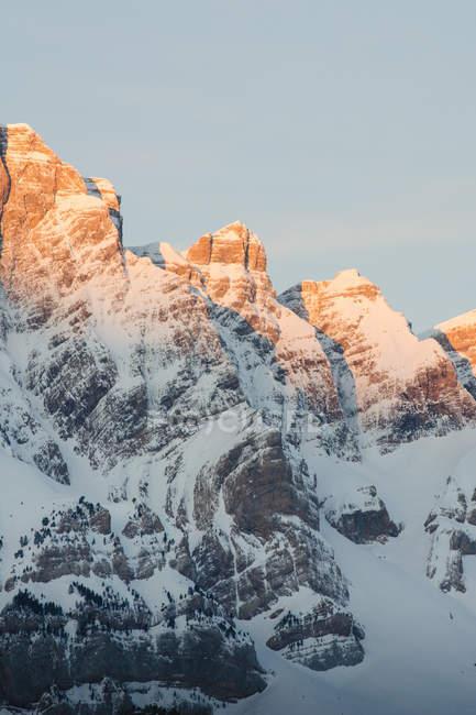 Montagne bianche innevate con bagliore di sole nella natura, Valle De Tena, Spagna — Foto stock