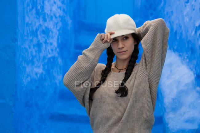Портрет жінка, стоячи на синій, вуличний в Марокко — стокове фото