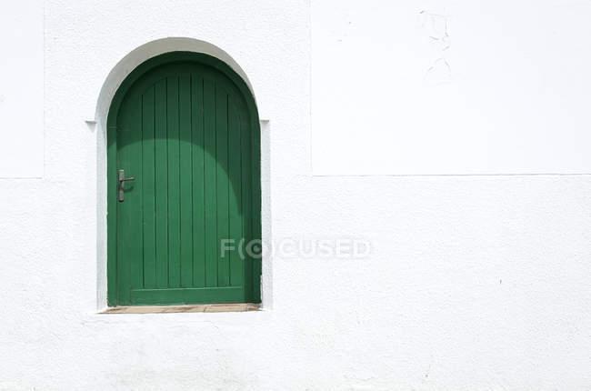 Типовий арабський зелений вікна двері з арки, Марокко — стокове фото