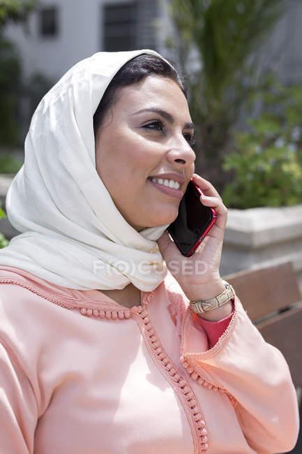 Закри Марокканський жінка з хіджаб говорити по телефону — стокове фото