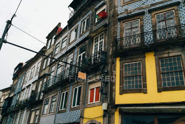 Shabby Edifici di colore blu e giallo sulla strada del centro storico, Oporto, Portogallo — Foto stock