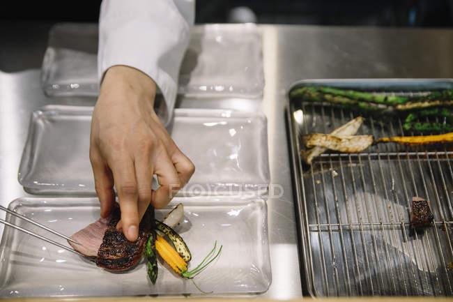 Zubereitung von Speisen mit Stäbchen im Restaurant Koch — Stockfoto