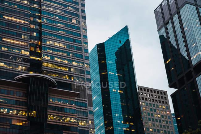 Освещенные современных небоскребов в вечер, Сингапур — стоковое фото
