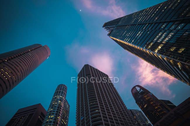 Torres de escritório com céu dramático no fundo, Cingapura — Fotografia de Stock