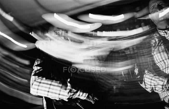Кубинские музыканты, выступающие в ночном клубе, черно-белый кадр с длительной экспозицией — стоковое фото