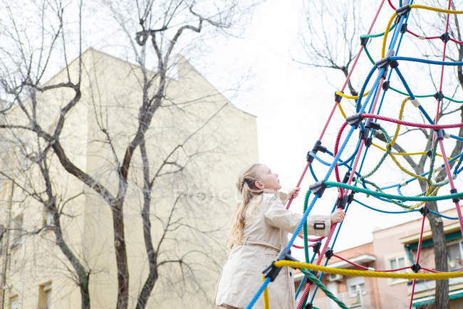 Життєрадісна дівчина сходження на тросах на майданчик — стокове фото