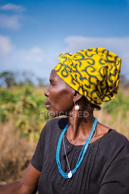 АНГОЛА - АФРИКА - 5 апреля 2018 года - черная женщина смотрит вдаль на природу в солнечный день — стоковое фото