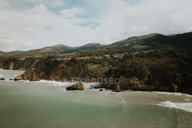 Roccia costiera e oceano ondulato — Foto stock