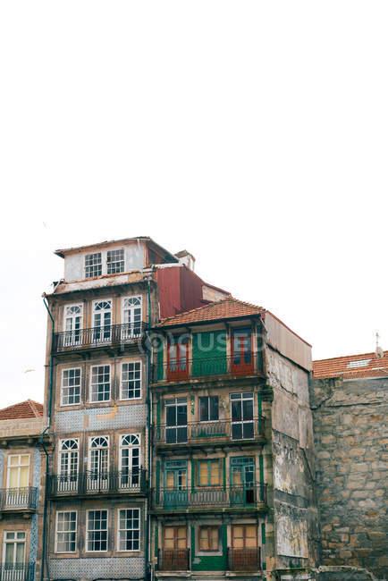 Vecchi grungy edifici nel centro storico, Oporto, Portogallo — Foto stock