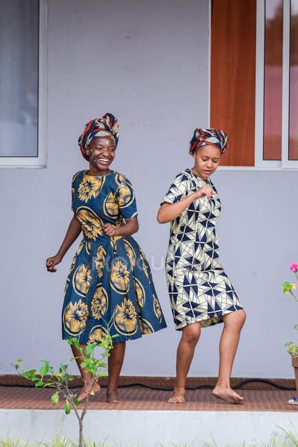 Angola - Africa - 5 aprile 2018 - giovani donne nere che hanno divertimento e balli all'aperto casa sorridenti — Foto stock
