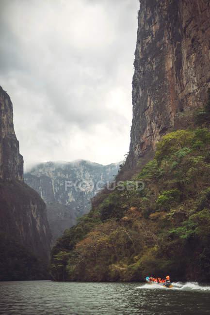Rio calmo com barco turístico em Sumidero Canyon, Chiapas, México — Fotografia de Stock