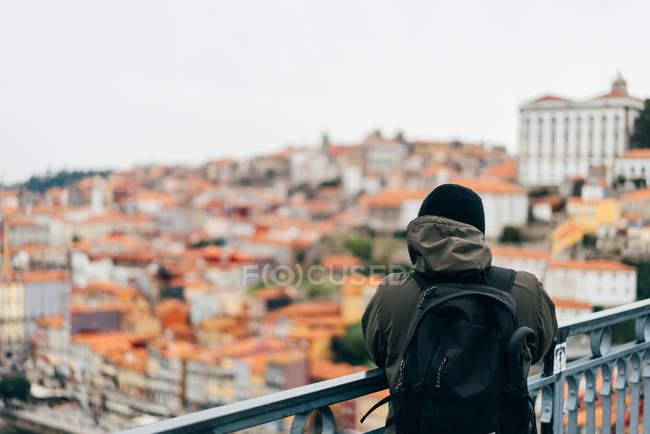 Turista maschio che guarda la città con tetti arancioni, Oporto, Portogallo — Foto stock