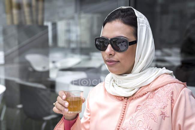 Marokkanerin mit Hijab und typisch Arabisch Kleid Tee trinken im café — Stockfoto
