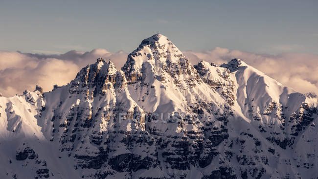High mountain peak covered with snow in daylight — Stock Photo