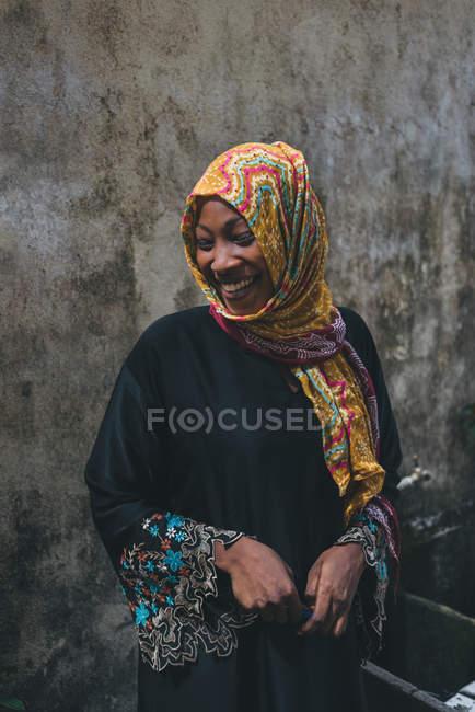 Kamerun - Afrika - 5. April 2018: fröhliche ethnische Frau mit heller Kopfbedeckung — Stockfoto