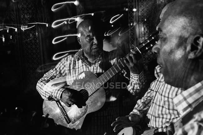 Kubanisches Musik-Trio in Nachtclub, Schwarz-Weiß-Aufnahme mit Langzeitbelichtung — Stockfoto