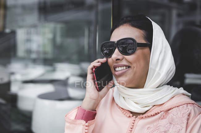 Марокканські жінка з хіджаб говорити по телефону — стокове фото
