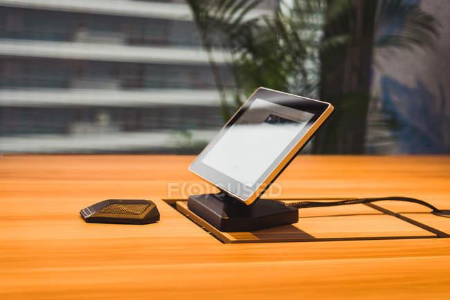 Monitor e mouse di computer moderno sulla tavola di legno — Foto stock