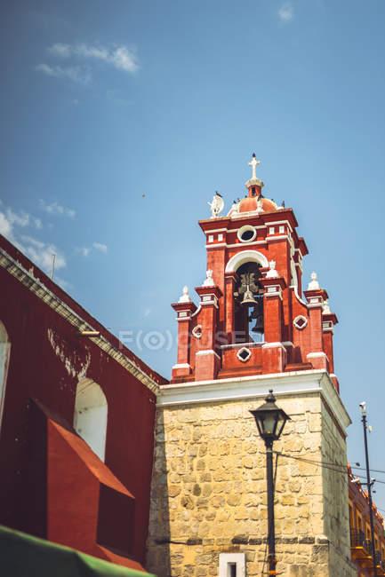Червоний дзвіницю на вулиці Oaxaca, Мексика — стокове фото