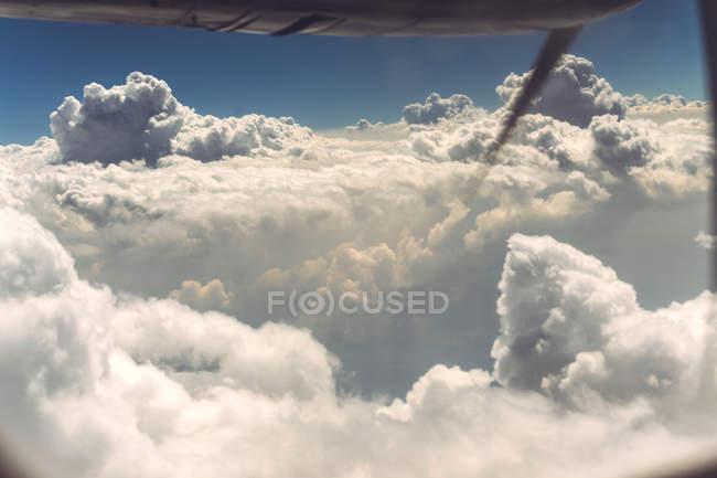 Nuages et vue sur la terre depuis l'avion à vis — Photo de stock